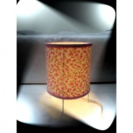 lampe cylindrique aux trois pieds abat jour fleurs roses galon rose. Black Bedroom Furniture Sets. Home Design Ideas
