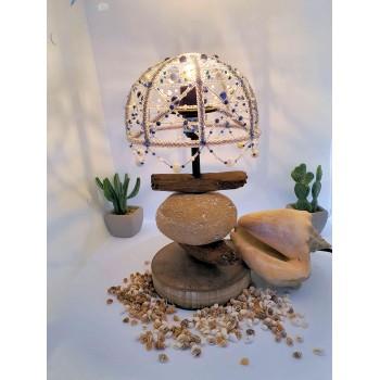 lampe à poser abat-jour en perles minérales de sodalite et nacre https://www.atelierdemarie.net