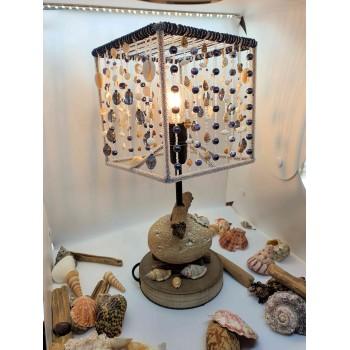 lampe à poser thème mer avec coquillages, perles fantaisie bleues et nacre https://www.atelierdemarie.net